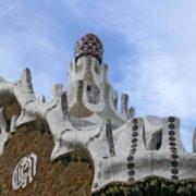 Barcelone, Parc Guell, Pavillon d'entrée avec un toit en triple tour coiffé d'un champignon