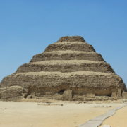 la pyramide a degrés de Djoser la plus vieille pyramide du monde, la plus ancienne pyramide d'Egypte