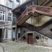 Escalier extérieur à double volée, typique de la cité comtoise