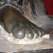 Il parait que si l'on touche le pied du Génie nos voeux seront exaucés