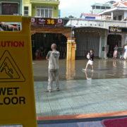 La rue devant notre hôtel... comme c'est écrit sur le panneau...sol mouillé