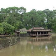 Tombeau de Tu´ Du´c, le lac artificiel surplombé par le pavillon de pêche et le pavillon des banquets