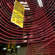 Encens en forme de spirale. Il existe 3 tailles différentes de spirales dont les durées d incandescence sont de une semaine, un mois ou trois mois