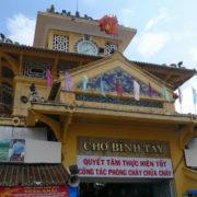 Marché Binh Tây, construit par un architecte français avec ses toits en forme de fleurs, son beffroi et ses horloges