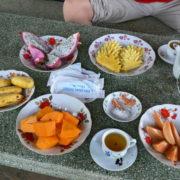 Sur l´ile de la licorne dégustation de fruits locaux: Sapotille, Papaye, Dragon vert, Banane, Ananas autour d´un thé