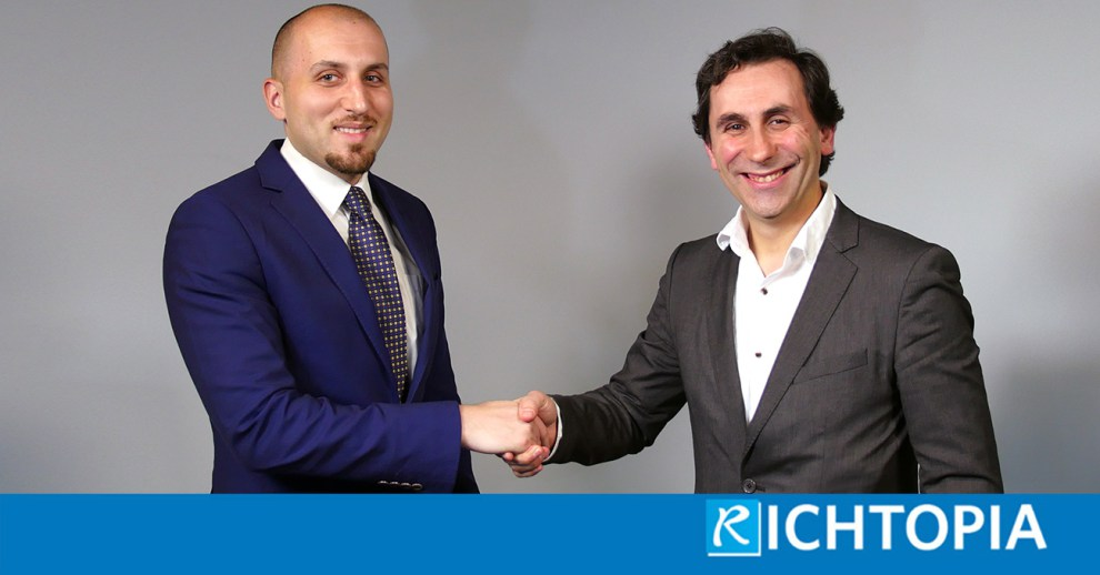 derin-cag-founder-of-richtopia-shaking-hands-with-dinis-guarda-ceo-of-humaniq-1