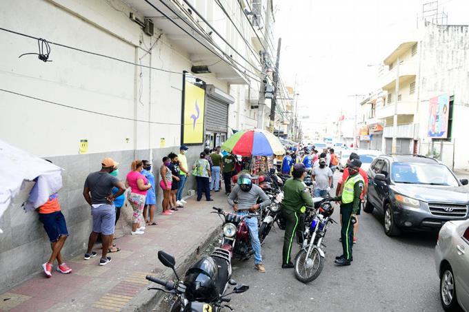 El flujo de personas en las calles aumenta, comienzan a romper el ...