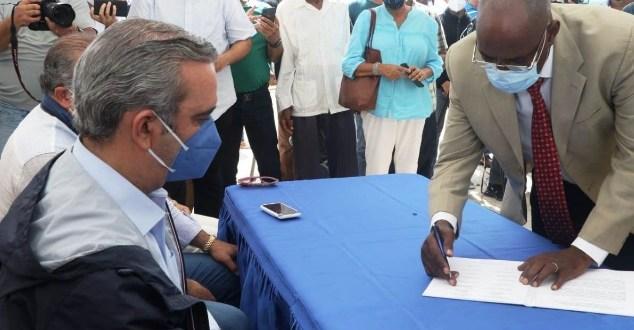 Abinader firma acuerdo con dirigentes de Nagua para  construir  Malecón