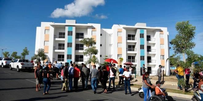 Continúan protestas por entrega irregular de apartamentos en La Vega