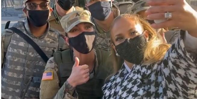 El 'selfie' de Jennifer López con militares americanos