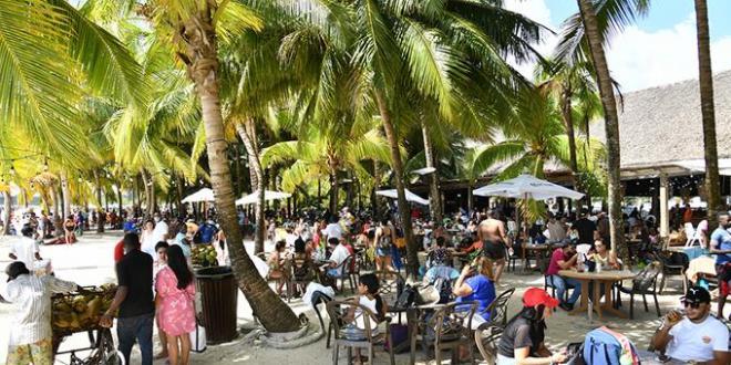 Miles sin mascarillas ni distanciamiento en playas y plazas