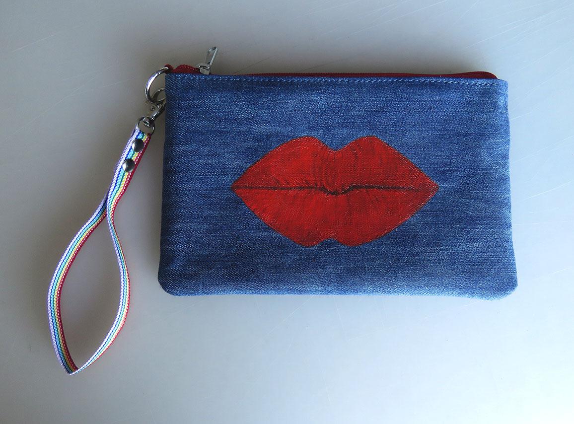 "Denim purse with lips design Τσαντάκι Τζιν με Σχέδιο ""Χείλη"""