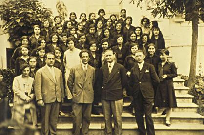 Διδασκαλείο Θηλέων Θεσσαλονίκης : ο Μίλτος Κουντουράς και οι συνεργάτες του εκπαιδευτικοί, με ομάδα μαθητριών του σχολείου.