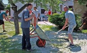 Zapískování trávníku, nejvetší dřina, ale v dobré partě to jde samo.