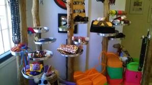 Objetos de venta en la tienda Qumbo, en San Salvador, El Salvador.