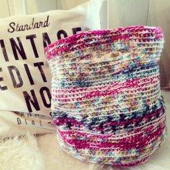 Gehaakte, gevoerde tas/shopper. Kleur: roze/groen/blauw/wit tinten.