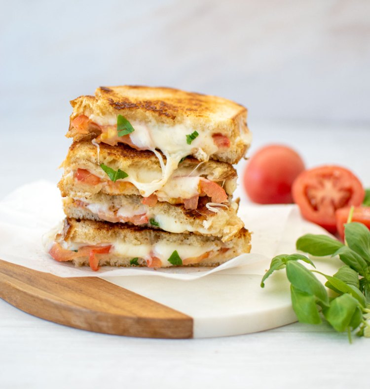 Gourmet Tomato Basil Grilled Cheese Sandwich recipe. Take your grilled cheese to the next level! This healthy take on grilled cheese uses fresh tomatoes and basil. Upgrade your lunch with this easy and healthy recipe #organic #grilledcheese #tomatobasil #tomato #basil