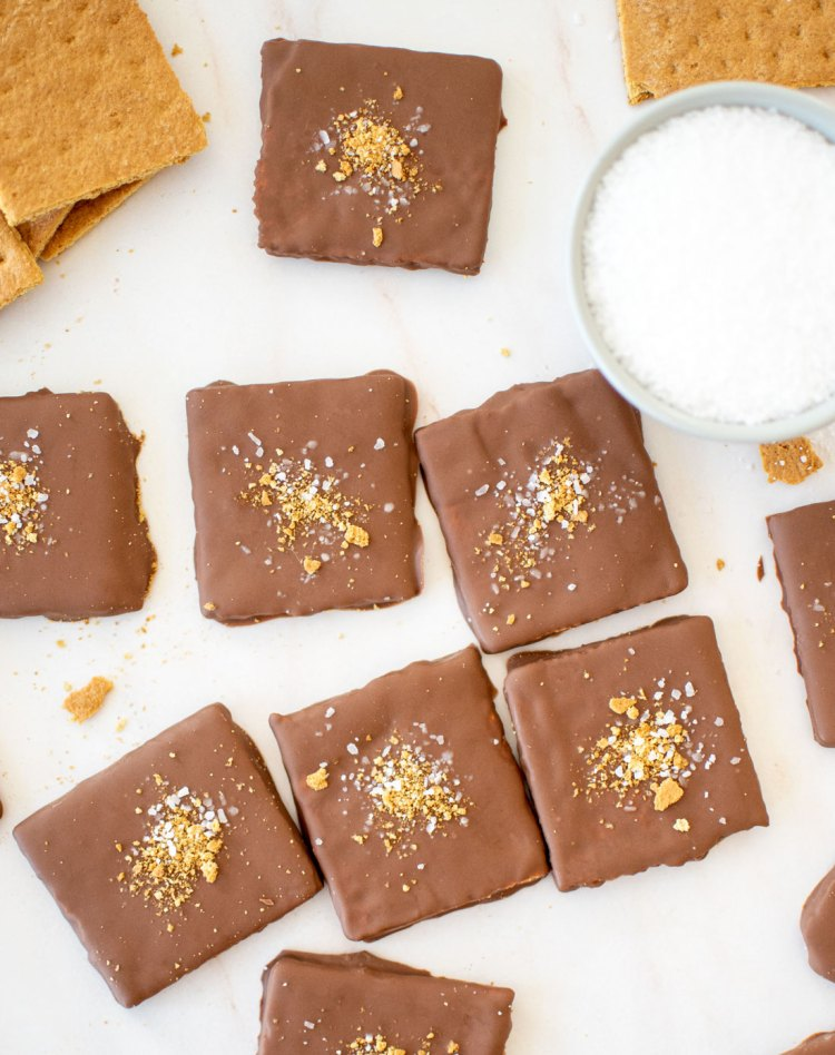 Easy Chocolate Covered Graham Crackers with Sea Salt. Easy and yummy recipe for chocolate covered graham crackers - just three ingredients! Easy 3 ingredient recipe for a sweet and salty no bake dessert recipe. #organic #grahamcrackers #graham #nobakedessert #sweetandsalty #frozendessert