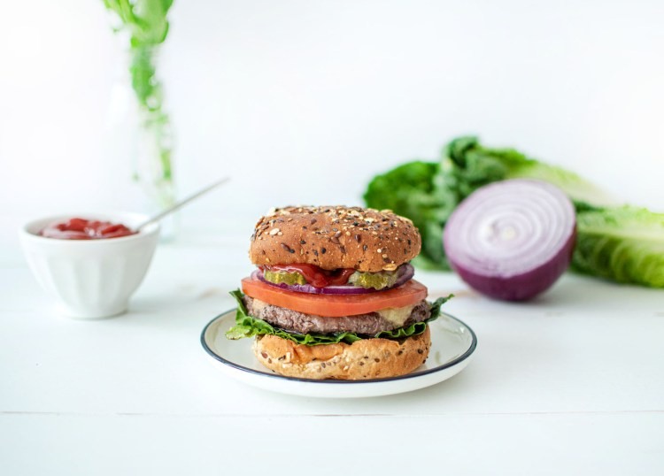 Easy Classic Cheeseburger recipe using entirely organic ingredients. Make easy burgers on the stovetop and dress them with simple organic veggies and cheese for a classic cheeseburger that's delicious any time of year! #organic #cheeseburger #organicbuns #organicburger #organicdinner #dinnerrecipe #easyburger
