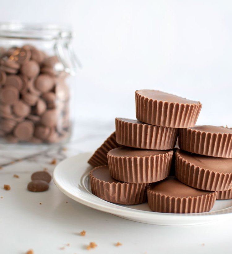 Edible Cookie Dough Cups, Recipe for easy cookie dough candy, Eggless cookie dough and milk chocolate make the best no bake treat, easy and delicious recipe #cookiedough #eggless #candy #milkchocolate #organic #nobake