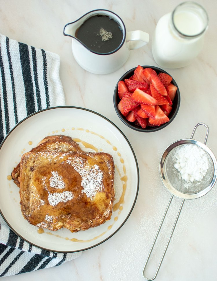 Easy Cinnamon French Toast recipe, perfect for breakfast or brunch! This easy and simple French toast recipe is so delicious with only 5 ingredients! Whip up French toast any day of the week with this super easy Cinnamon Frenech Toast recipe. #frenchtoast #cinnamonfrenchtoast #easyrecipe #breakfastrecipe #brunchrecipe #breakfast #brunch