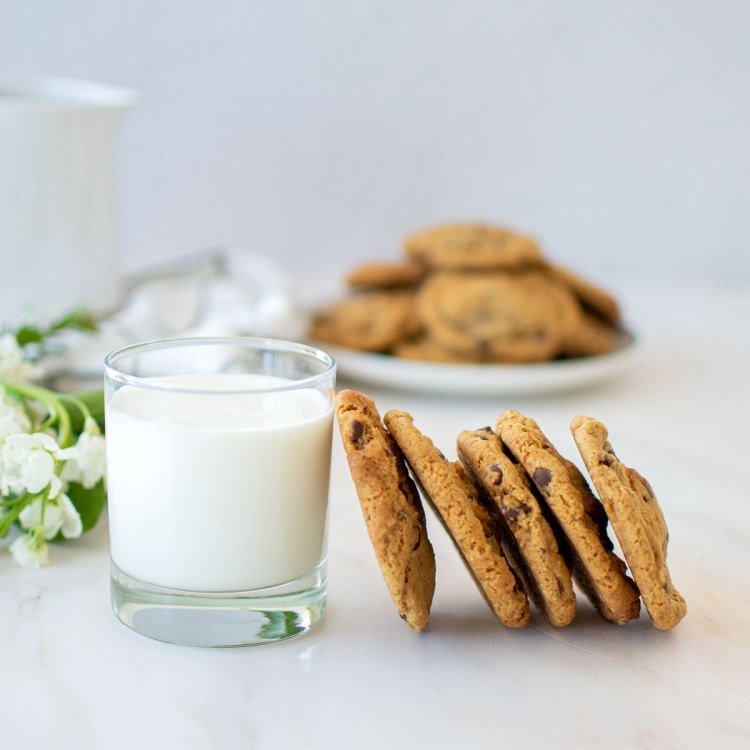 Easy and delicious Eggless Chocolate Chip Cookie recipe, perfect for quarantine! This easy and simple chocolate chip cookie recipe doesn't require eggs. Plus, you can use whatever kind of chocolate or nuts you have in your pantry. Easily adaptable to be made gluten free as well! The best cookie recipe for quarantine! #organiccookies #egglessrecipe #egglesscookies #chocolatechipcookies #chewycookies #softcookies #softchewycookies #egglesschocolatechipcookies #egglessbaking #organicbakery