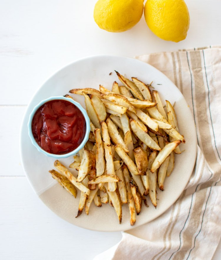 Easy and delicious baked French fries, lemon rosemary French fries, appetizer French fries, organic French fries, lemon rosemary, baked French fries, healthy French fries #frenchfries #lemon #lemonrosemary #bakedfrenchfries