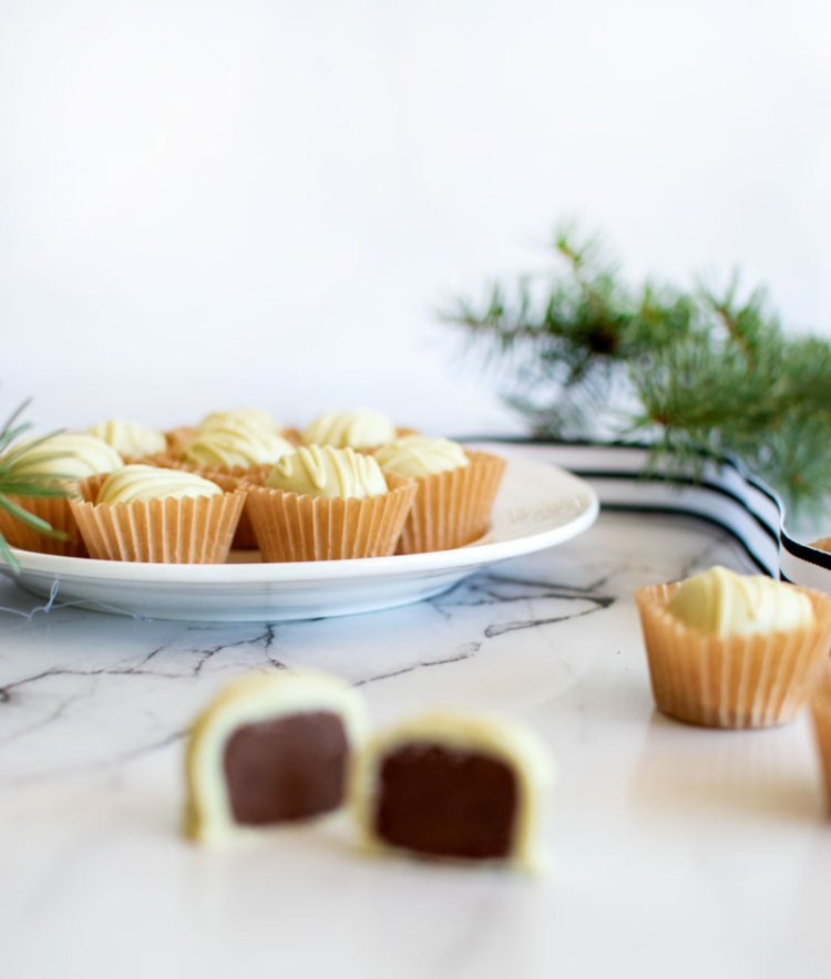 The best Christmas candy recipe, christmas, candy, christmas candy, mint meltaways, organic, gluten free, gluten free candy, homemade candy #organic #organiccandy #christmascandy #christmas #mint