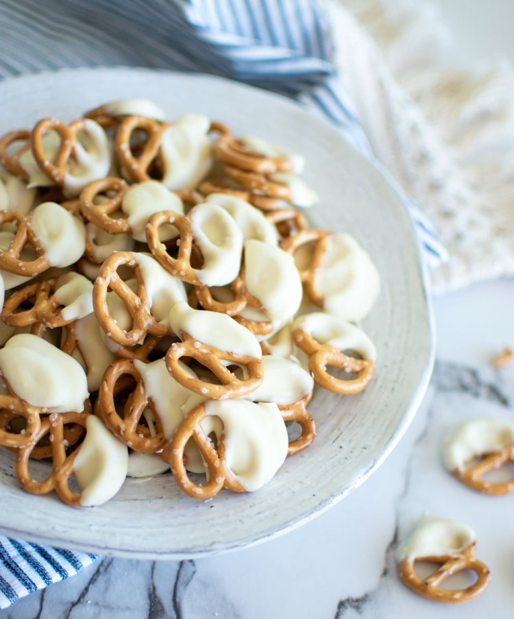Easy White Chocolate Peppermint Pretzel recipe. This super simple Christmas candy recipe is so easy to make! The best White Chocolate Peppermint Pretzels for holiday baking. Your new favorite holiday baking recipe. Easy and delicious white chocolate covered pretzel recipe! #pretzels #whitechocoalte #whitechocolatepeppermint #chocolatecoveredpretzels #whitehocolatepretzels