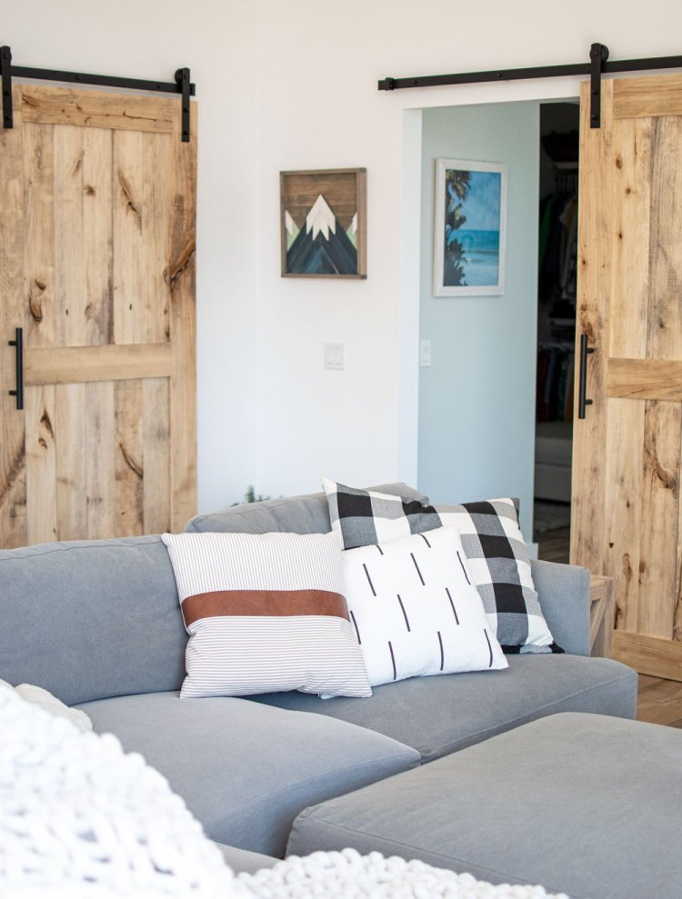 Modern farmhouse living room design. Modern farmhouse living room decor. Modern farmhouse in the mountains. Neutral black and white living room design. Neutral colored living room design.