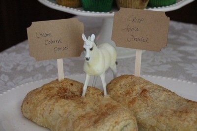 Cream colored ponies / Crisp apple strudel