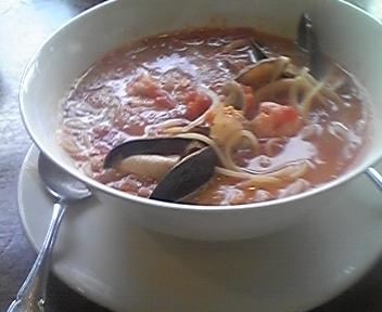 しろいドンブリに赤いスープ。麺はスパゲッティ
