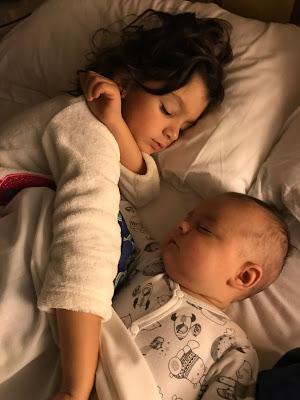 Las niñas durmiendo juntas