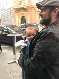 Papá porteando a la baby