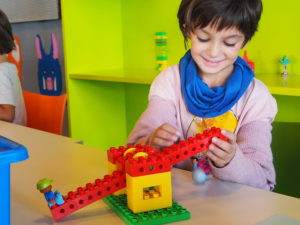 La peque jugando con Legos Primeras Máquinas Simples no motorizados