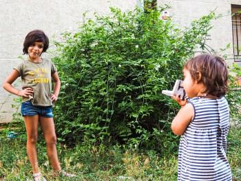 Las niñas jugando con la Polaroid de Yugen