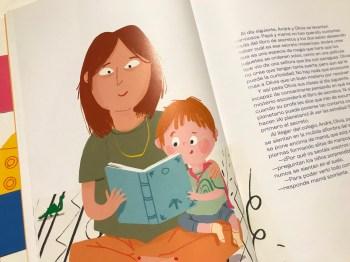 Madre e hijo leyendo el libre sobre orden