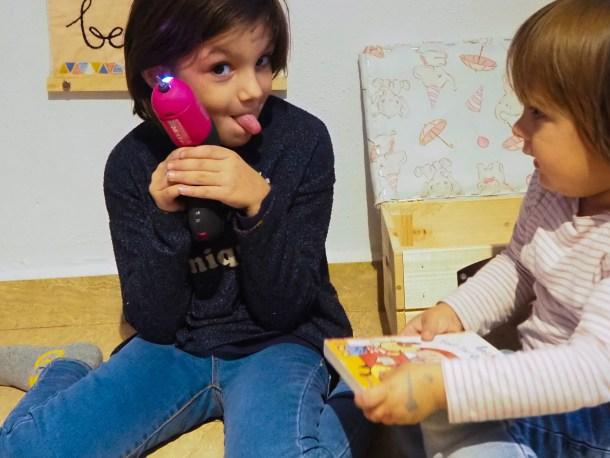 Las niñas disfrutando de su rincón de lectura