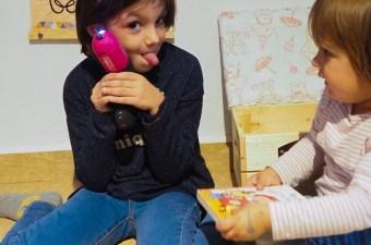 Las niñas disfrutando de su mini rincón de lectura