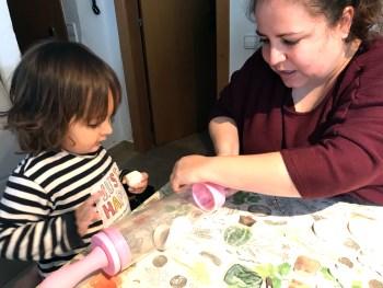 Carla y la chiquitina creando