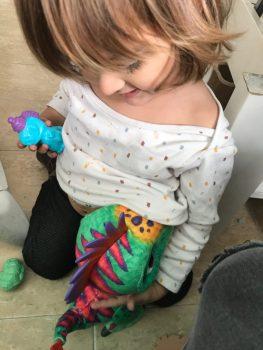 La chiquitina dando teta al dino