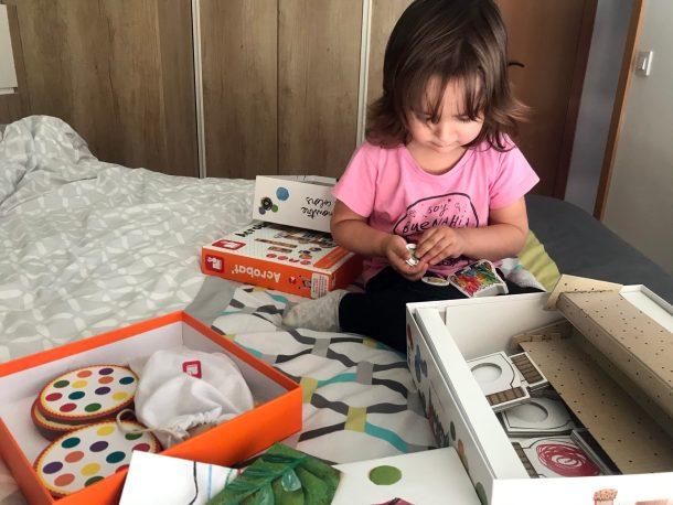 La chiquitina con algunos de sus juegos de mesa favoritos
