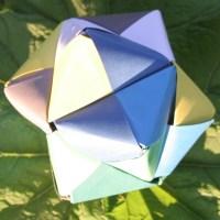 Een stervorm gevouwen van gekleurde stroken papier