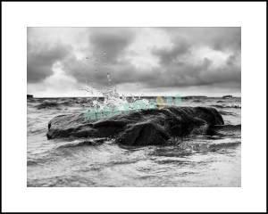 Vindpinat hav kastar upp vågskvalp. Unik fotokonst ni inte hittar någon annanstans!