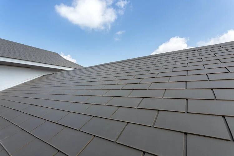 青空とスレート屋根