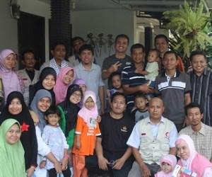 warga Pancoran Mas, Depok bersama salah satu relawan MER-C
