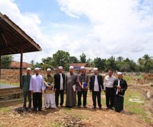 Rombongan Majelis Agama Islam Thailand bersama asatidz Al-Fatah saat meninjau pembangunan Masjid An-Nubuwwah. Photo By : Hadis/MINA