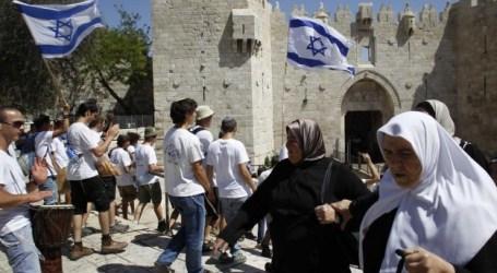 EKSTRIMIS YAHUDI KIBARKAN BENDERA ISRAEL DI GERBANG AL-AQSHA