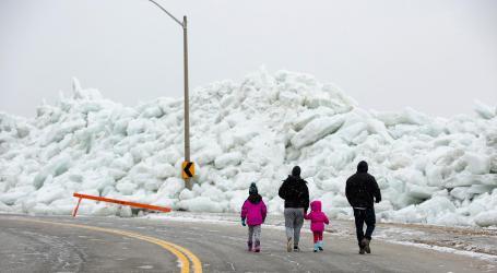 Tsunami Es Hantam Pantai Utara AS