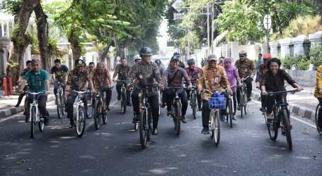 Anies dan Jajarannya Bersepeda Berpakain Batik